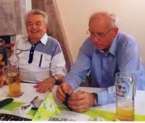 Der Autor Uwe Mahrholz (rechts) im Gespräch mit seinem ehemaligen Lehrer Dietmar Neuhäuser, (Foto: privat, mit freundlicher Genehmigung von U. Mahrholz)