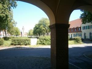Anger mit ev. Kirche im Hintergrund (Foto: K. Häußer-Beciri)