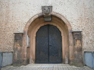 Haupteingang der katholischen Kirche (Foto: K. Häußer-Beciri)